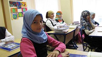 Хиджабчан окуучу кыз