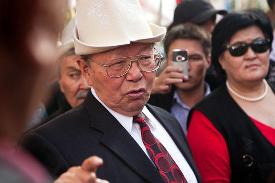 Topchubek Turgunaliev, an advisor to the president on political issues, speaks with Butun Kyrgyzstan (United Kyrgyzstan) protestors outside the Central Elections Commission offices in Bishkek on October 12, 2010.