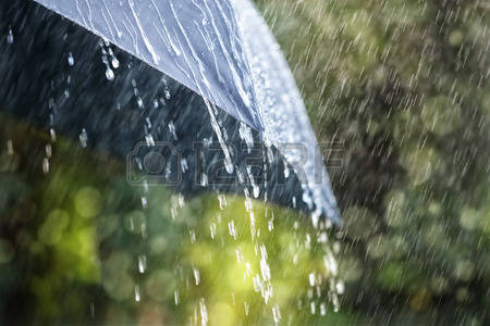 48354992-Капли-дождя-падающие-с-черным-зонтиком-концепции-плохой-погоды-зимой-или-защиты